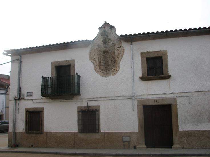 Casa blasonada de Navas del Madroño. Se trata del Escudo de los Tejada.