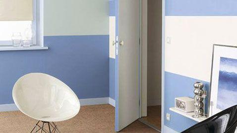 decoration chambre peinture murale de deux couleurs rayures horizontales bleu et blanc