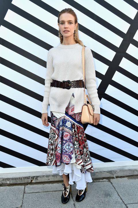 La top Natalia Vodianova mezcló un jersey con una falda de volantes estampada.