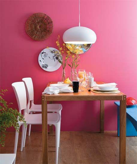Parede colorida - Mesa de madeira - Banco - Cadeiras