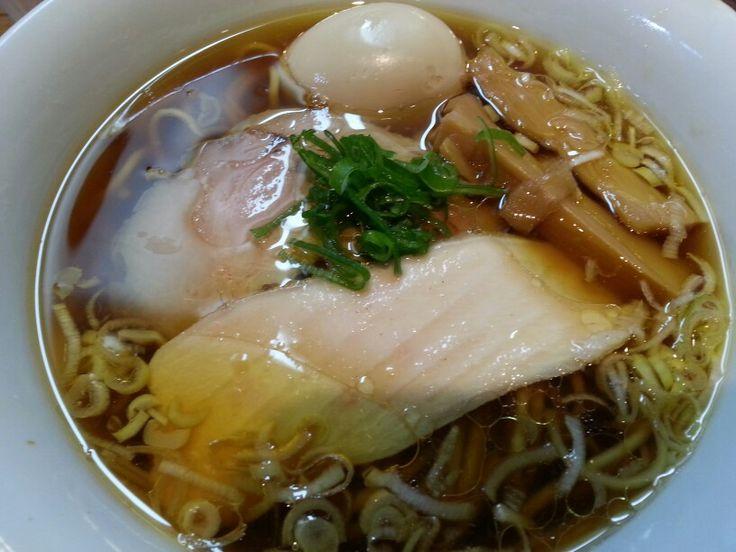 味玉醤油ラーメン☆☆ トイボックス@三ノ輪 鶏清湯スープNo.1とか呼び声が高いですねえ。ミシュランビブグルマン登録店。スープはガッチリと油の効いたガツン系です!(結構好き♪) 鶏と豚のダブルチャーシューに太いシナチク&葱…それに細目のやや平たい麺…??…!☆…これは、らあ麺やまぐちの鶏そばと同じではないですか?そういや、とでん荒川線の端(三ノ輪橋)と端(面影橋)にお互い陣取ってますね。開店は2013年で同じですが、やまぐちが年初でトイボックスが年末ですね。何か関係があるのでしょうか? お味と容姿は明確に違いがあって、やまぐちは洗練された感で、トイボックスは野性味漂うガッツリ感たっぷりといったとこです。(^ω^) #ラーメン #らーめん #ラーメン倶楽部 #らーめん部 #鶏清湯ナンバーワン