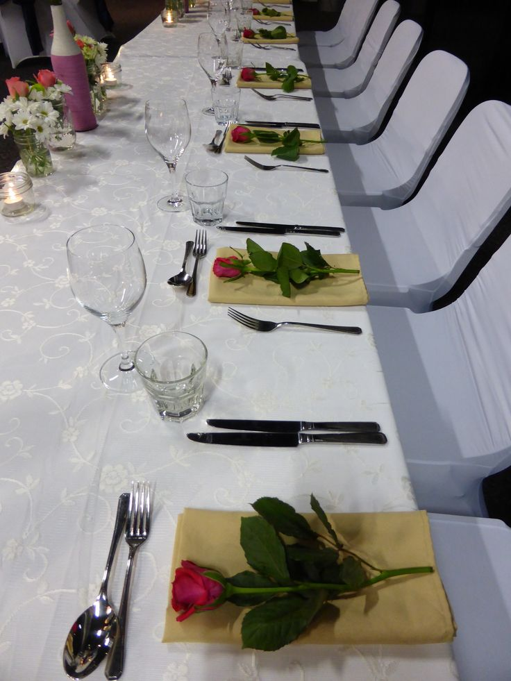 There is nothing like gold serviettes with pink roses
