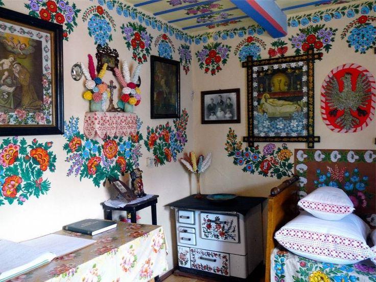 Рисунками покрывают не только фасад дома и пристройки, но и стены в доме, мебель и утварь.   Источник: http://www.adme.ru/svoboda-puteshestviya/dobro-pozhalovat-v-samuyu-krasivuyu-derevnyu-v-mire-978960/ © AdMe.ru