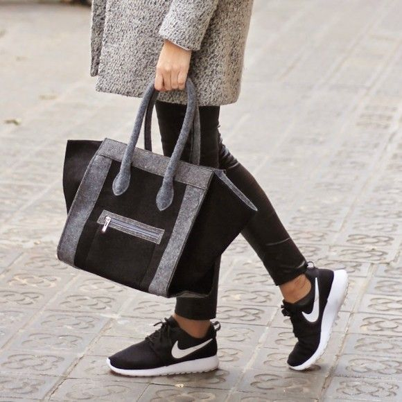 Sac Phantom Céline avec des Nike noires >> http://www.taaora.fr/blog/post/sac-celine-phantom-gris-et-noir #look #celine #nike