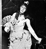 Η θρυλική  μεταμφίεση του  Τσαρούχη σε  Κυρία με τας  καμελίας  (Αρχείο Μιχάλη  Μακρουλάκη)