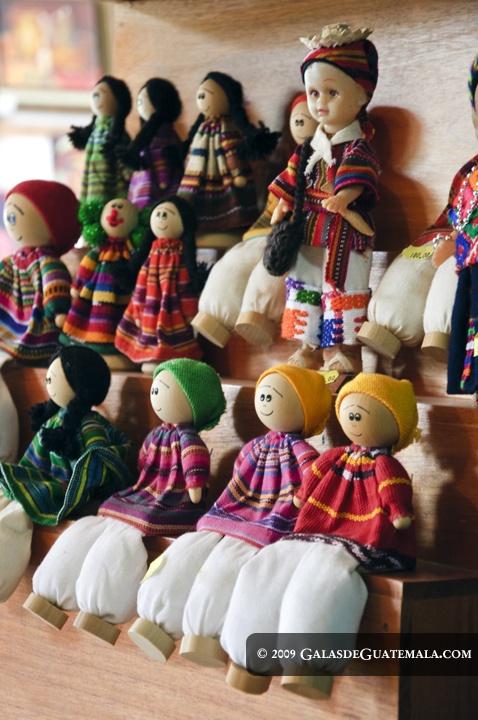 Munecos construidos de madera y algodon, artesanía de Guatemala