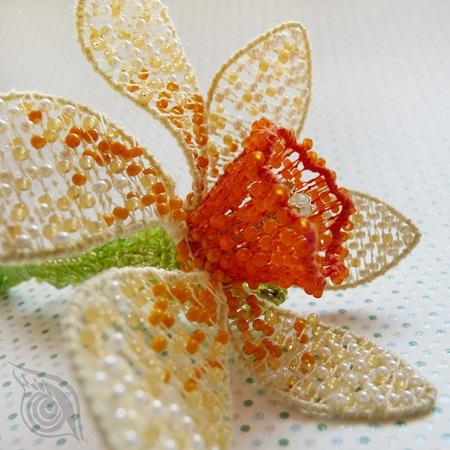 brooch/pendant Daffodil; steel, rocail, cotton, brass, prehnite; nycrame; by Nady (http://www.nady.cz/privesky/brozprivesek-narciska-95/)