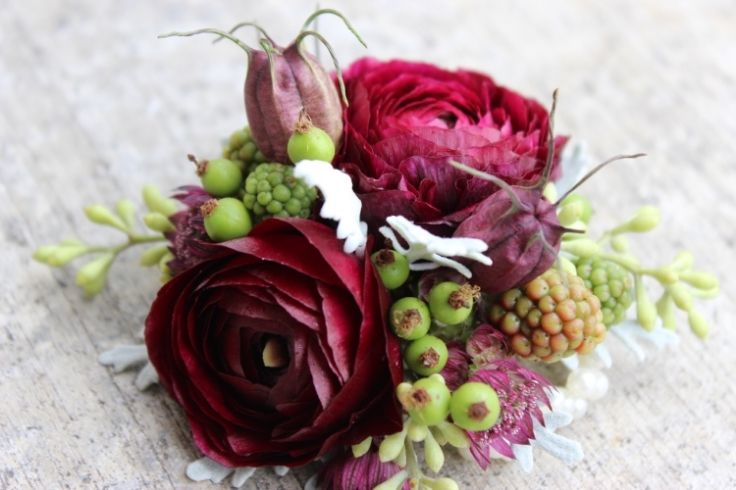 ranunculus and paired with all this texture made it absolutely pop. Rose hips, blackberries, nigella pods, dusty miller, seeded eucalyptus and astrantia