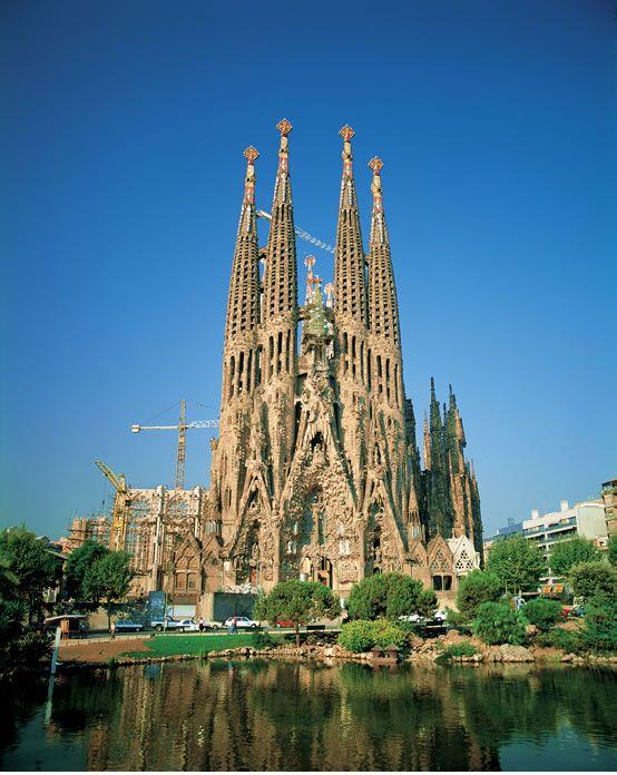 【H.I.S.】【サグラダ・ファミリア教会 * バルセロナ】かの有名な建築家アントニオ・ガウディによる世界遺産サグラダ・ファミリア教会。1882年に着工以来、未だに完成していない建築物です。世界中からたくさんの建築家や設計士が工事に参加しています。 #travel #spain