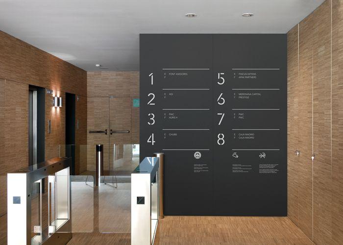 Este projeto de sinalética foi realizado pelo estúdio Clase bcn para o edifício de escritórios Alta Diagonal em Barcelona, Espanha.