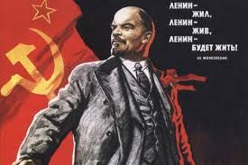 """Lenin (Simbirsk, 22 april 1870) , riep de russen op, door te gaan met de revolutie. """"Land, Brood en Vrede"""" is wat hij de Russen beloofde, ook zouden de arbeiders, boeren en fabrieken hun land en goederen terug krijgen. In oktober 1917 was de Oktoberrevolutie van Lenin en Trotski een groot succes, de communisten kwamen aan de macht. Lenin sloot in maart 1918 de """"Vrede van Brest-Litovsk"""" met Duitsland"""