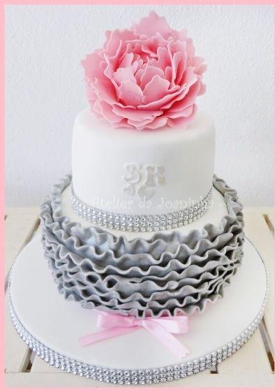 Fodros, rózsás torta készítése képekben