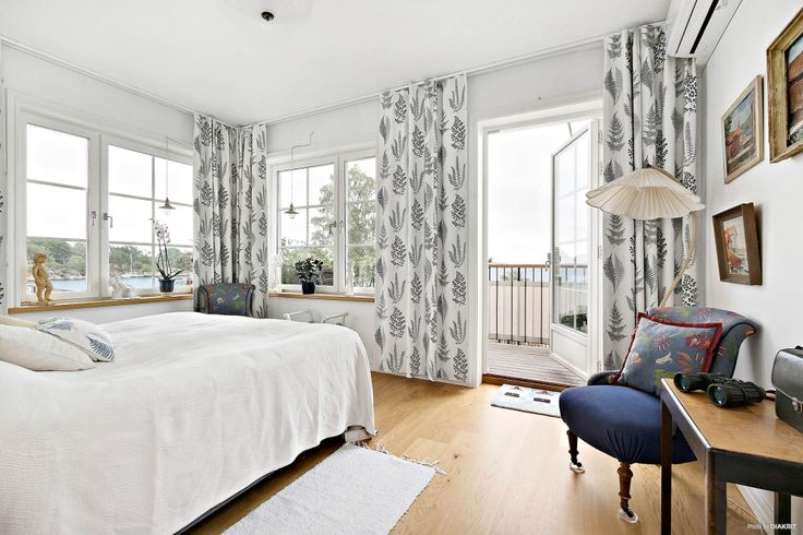 Master bedroom / sovrum 3 med utgång till balkong och Trälhavets glittrande vatten
