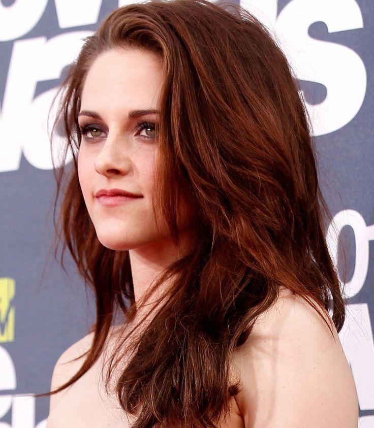 Pele Amarelada: o ideal é apostar nos ruivos mais foscos e fechados, que dependendo da luz chegam a se confundir até com um castanho avermelhado, como o de Kristen Stewart. Isso vai evitar que a intensidade da cor brigue com o seu tom de pele. #Hedheads #Ruivas