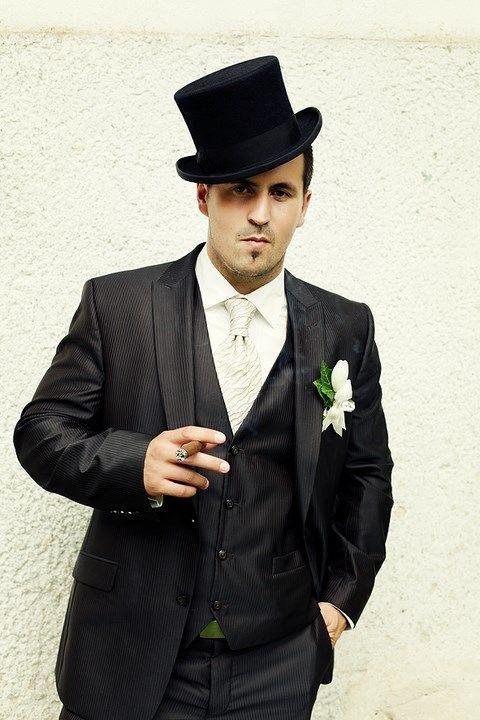 Pánsky svadobný tmavohnedý oblek s lesklým pásikom PO16 - Svadobný salón Valery
