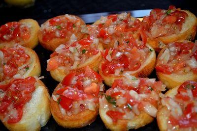 Du trenger baguetter, olje, tomat, løk og basilikum :)Hakk opp basilikum, en halv løk og 3 store ...