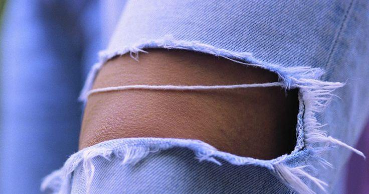 Como remendar o joelho de uma calça jeans. Seja porque a calça jeans favorita de seu filho rasgou ou porque você quer usar sua própria calça por mais tempo, colocar um remendo no joelho fará com que essa peça dure mais. Saber fazer esse tipo de conserto vai ajudá-lo a economizar dinheiro com roupas, uma vez que não será mais necessário substituir o jeans por causa dos rasgos nos joelhos. ...