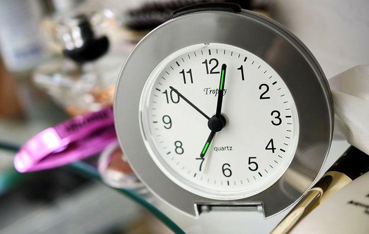 Czy ta poranna scena wydaje Ci się znajoma? Jest 6 rano, dzwoni budzik, Ty wciskasz przycisk drzemki i odwracasz się na drugi bok. W końcu zwlekasz się zaspana z łóżka, a do wyjścia zostaje już tylko 15 minut i nie masz czasu, żeby się porządnie uczesać i zrobić elegancki makijaż. Poranki dla wielu z nas …