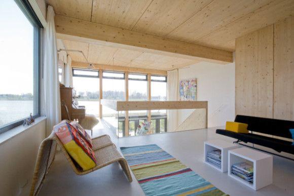 #Asmterdam. Esta casa orgánica se construyó con el medio ambiente y la sostenibilidad en mente. Con las vistas desde el salón puedes llegar a creer que estás flotando sobre el agua. No lo estás… ¡aunque casi!
