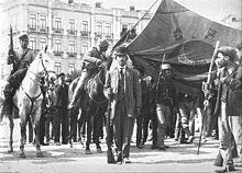 Marcha com a bandeira da Carbonária na rotunda, no dia 5 de outubro de 1910