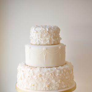 センシティブなホワイトに引き寄せられて - センスあふれる、旬のウェディングケーキ図鑑 | SPUR.JP