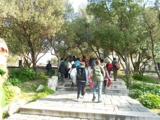 Τάξη Δ – Ιερός Βράχος  21/03/2012 — 1ο Χολαργού | Επεξεργασία    Η μέρα που όλοι περιμέναμε … Η επίσκεψη στον Ιερό Βράχο της Ακρόπολης έφερε μπροστά στα μάτια μας όλη τη φετινή μας ιστορία… τους Αθηναίους πολίτες, τη δημοκρατία, τον Περικλή, τη Μύρτιδα…Πριν ανέβουμε στον Παρθενώνα κοιτάξαμε από ψηλά τη σύγχρονη Αθήνα μας με τα αμέτρητα κτίρια, κλείσαμε τα μάτια και φανταστήκαμε για λίγο ότι ζούμε στην αρχαία Αθήνα…Αυτό είναι το καλό με τη φαντασία, σε πάει όπου θες, όποτε θες και δε…