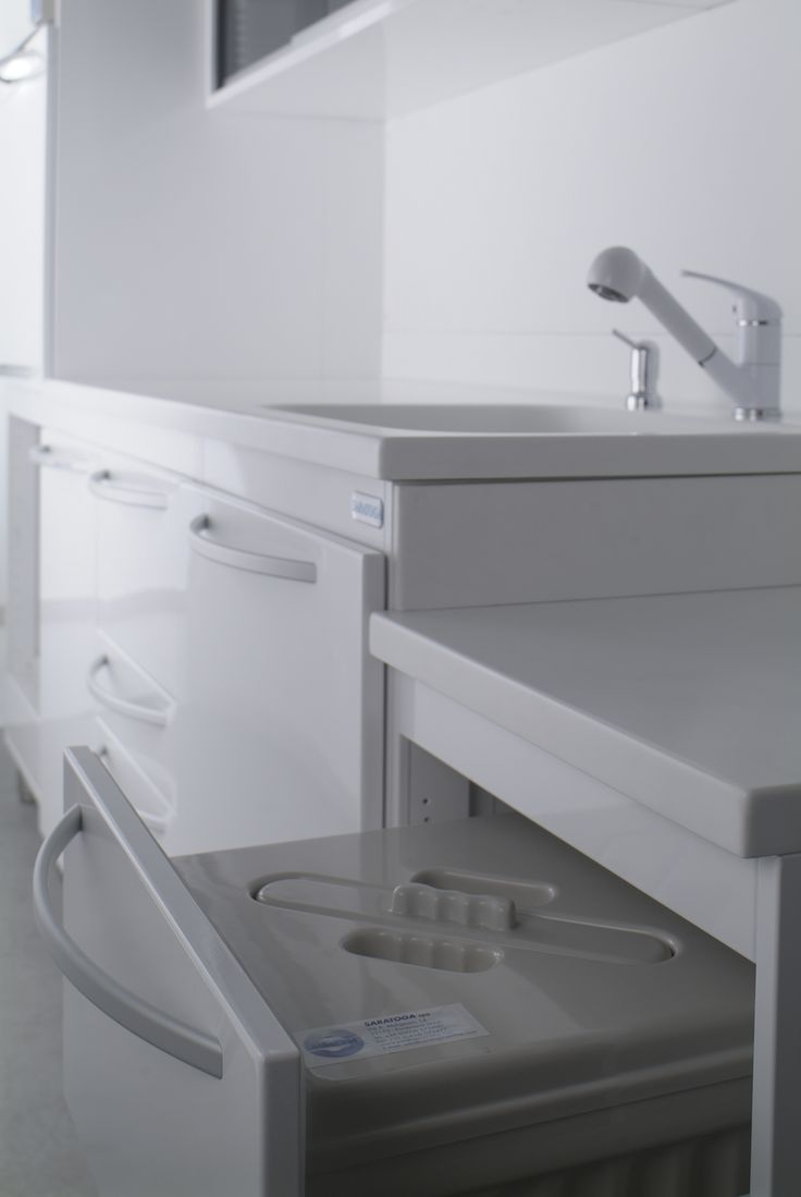 The sterilization unit is the result of the collaboration with a number of major dental clinics. Ergonomics is the guiding principle behind the project since it is designed to be used standing up.