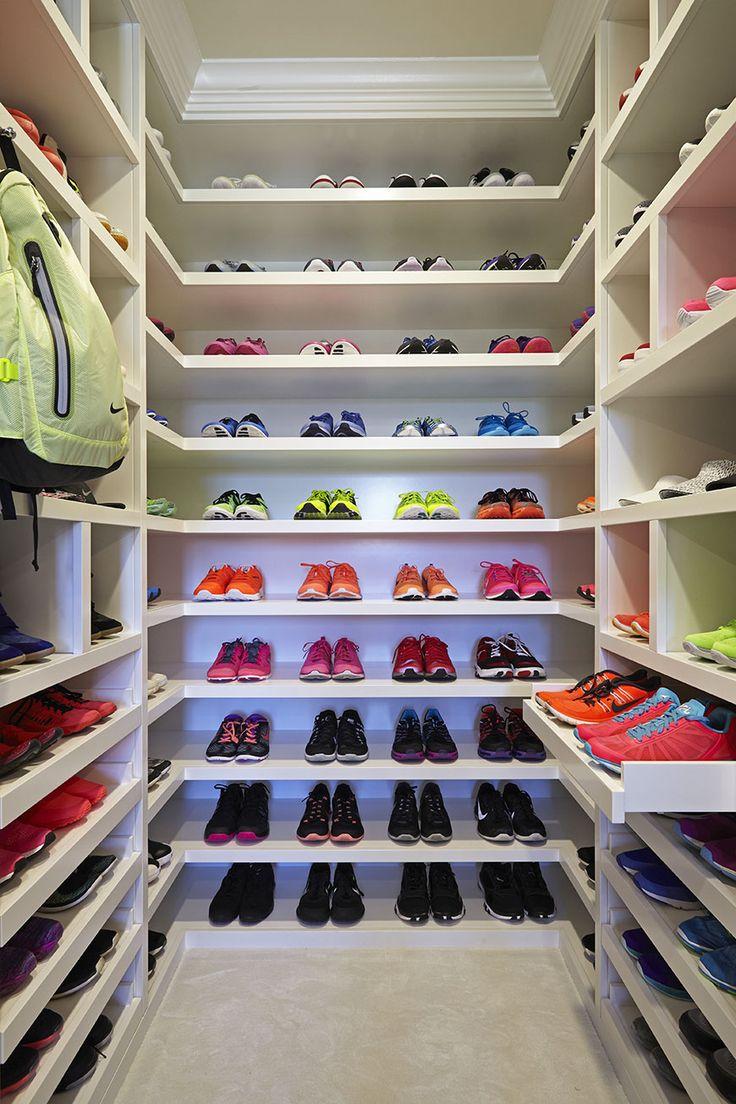 Här är Khloé Kardashians galna träningsgarderob - Khloé Kardashians crazy walk-in wardrobe with sneakers