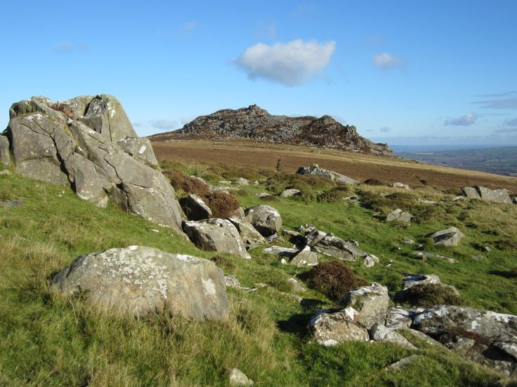 Dolerite outcrops to the west of the summit