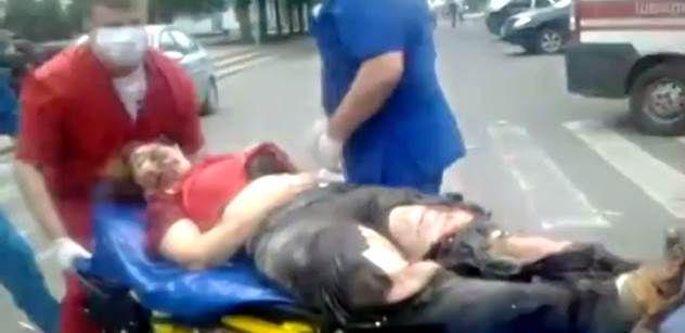 Video z východu Ukrajiny: Co zbylo po náletu na město. Neukazovat dětem http://www.parlamentnilisty.cz - Množství mrtvých a raněných si vyžádala další akce ukrajinské armády na východě země. Mezi oběťmi jsou i civilisté, z nichž několik zahynulo během bombardování Luhansku pravděpodobně kazetovými bombami. Po internetu kolují videa, která zachycují okamžiky po náletu.
