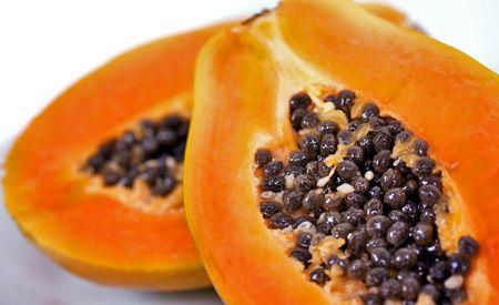 Die Heilkraft der Papayakerne. Wie man Papayakerne nutzt: Als Verhütungsmittel, als Pfefferersatz, usw.