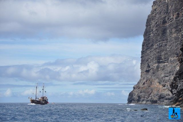 Pe însorita insulă Tenerife din Spania, puteți găsi un loc fantastic cu pereți de piatră înalți numiți Los Gigantes