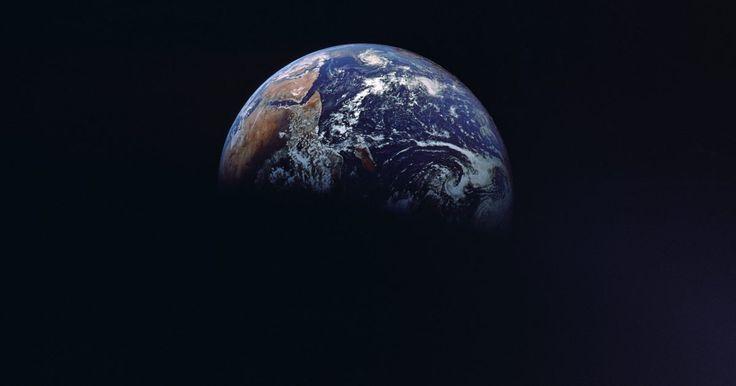 Cuáles son las causas de las 4 estaciones en la Tierra. Las cuatro estaciones otoño, invierno, primavera y verano se producen durante todo el año. Cada hemisferio experimenta una estación opuesta. Por ejemplo, la temporada de invierno en el hemisferio norte es verano en el hemisferio sur. Las estaciones del año son causadas por la inclinación del eje de la Tierra en su órbita alrededor del Sol.