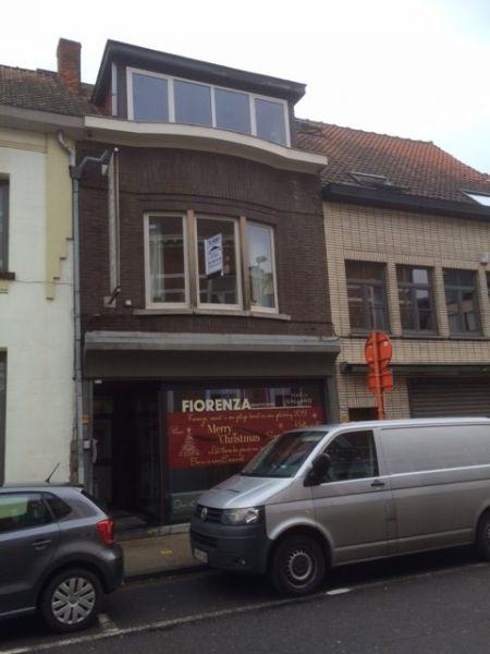 Huis te koop in Sint-Niklaas - 219 000 € - Logic-immo.be - Gerenoveerde instapklare woning in het centrum nabij Grote Markt. Gelijkvloerse praktijkruimte met kelder. Eventueel verder om te vormen tot privé gedeelte. Aparte toegang tot privé. Leef keuken met B...