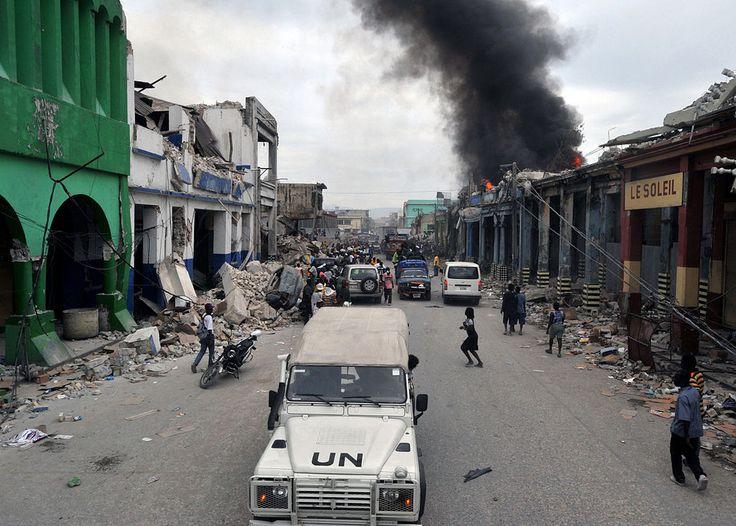 Carro da ONU patrulhando as ruas de Porto Príncipe após o terremoto de 2010 ◆Haiti – Wikipédia http://pt.wikipedia.org/wiki/Haiti #Haiti