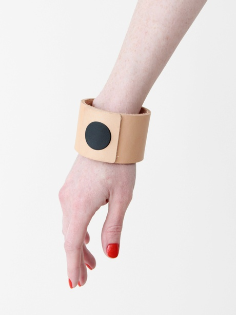 Brook & Lyn Circle Cuff - Beige/Black « Pour PorterTo Carry, Amazing Simple, Beige'S Black, Fashion Accessories, Jewelry, Simple Cuffs, Lyn Circles, Beige Black, Circles Cuffs