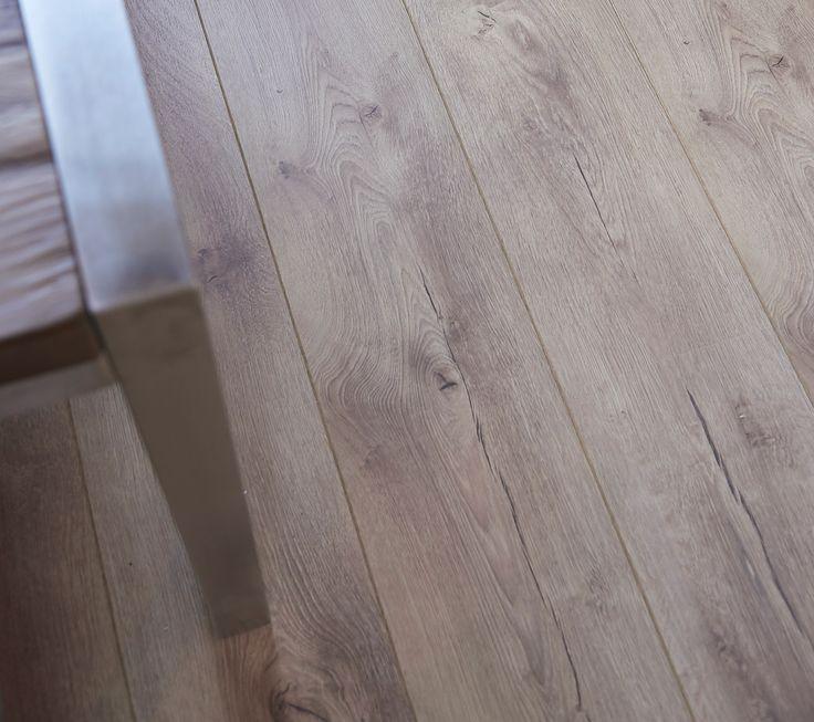 Kwantum - Het bruin eiken laminaat 'Meadowood' van Kwantum heeft een dikte van 8 mm.  Dit zorgt voor een betere demping van het contactgeluid. Door de 2-zijdige V-groef gaat het vuil tussen de groeven zitten en slijt je vloer minder snel. Daardoor is laminaat 'Meadowood' voordelig, onderhoudsvriendelijk en een duurzaam alternatief voor echt hout. Bovendien is het eenvoudig zelf te leggen, al kan dit ook deskundig worden gedaan door Kwantum.