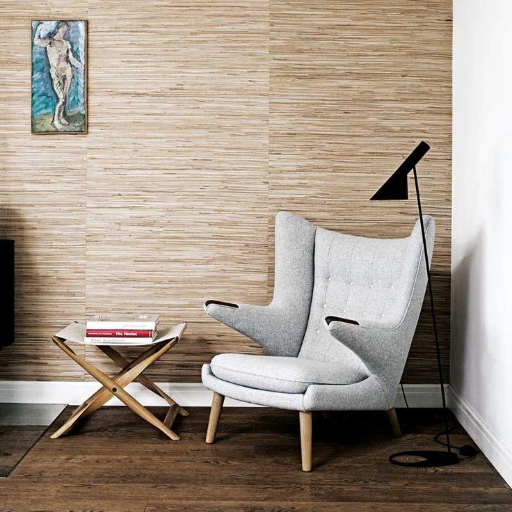 Her er din AJ Gulv Sort Gulvlampe designet af Arne Jacobsen. Klik dig ind og køb den, eller bliv inspireret af de mange flotte designer gulvlamper vi har i sortimentet.