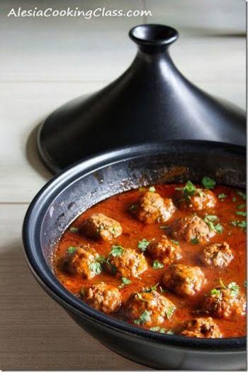 スパイシーなミートボールを、モロッコ風のスパイスとトマトで煮込みます。チーズをトッピングしたり、卵を入れるのもおすすめ!