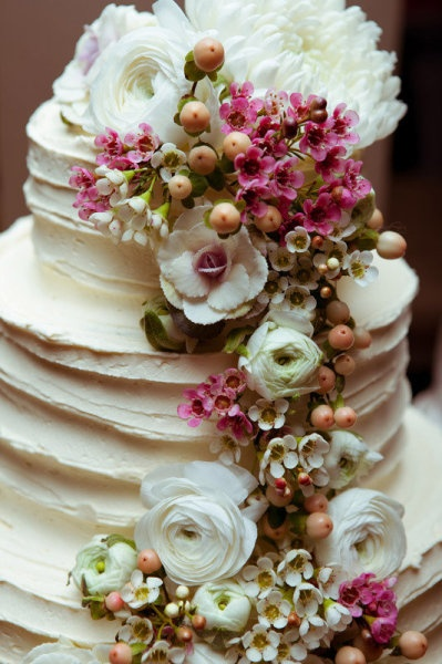 I find the idea of turning a cake into a bouquet to be an odd one... but this is quote pretty all the same.