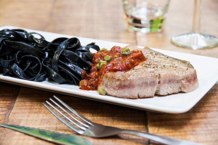 Steak de thon façon calabraise et tagliatelles à l'encre