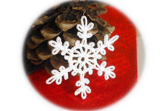 Alluncinetto, fiocchi di neve - decorazioni invernali. Il prezzo è per un fiocco di neve. Il fiocco di neve è alluncinetto con filati di cotone e inamidato. Il diametro del fiocco di neve è di circa 8 cm (3,1 ). Tutti i miei articoli sono realizzati in un ambiente privo di animali e privo di fumo. Se la vuoi rendere più fiocchi di neve, contattami per ordine personalizzato. Tenerli in luogo asciutto separatamente da altre decorazioni di Natale. Per sfogliare più di appendere il mio unci...