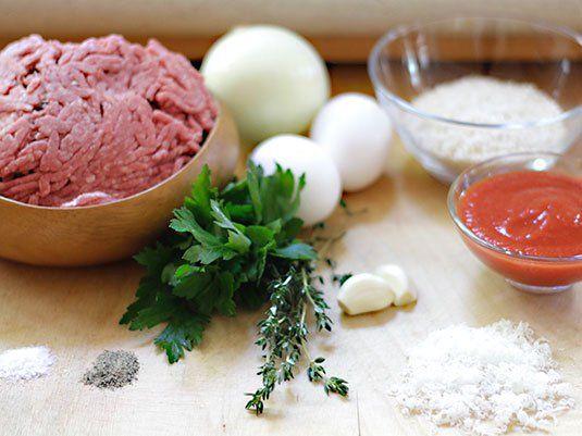 Deliciosa receta preparada al horno con carne molida, hierbas y otros ingredientes fáciles de conseguir, solo hay que seguir el paso a paso. Lleva un glaseado que le aporta color y le da un sabor espectacular, tienen que probarlo!