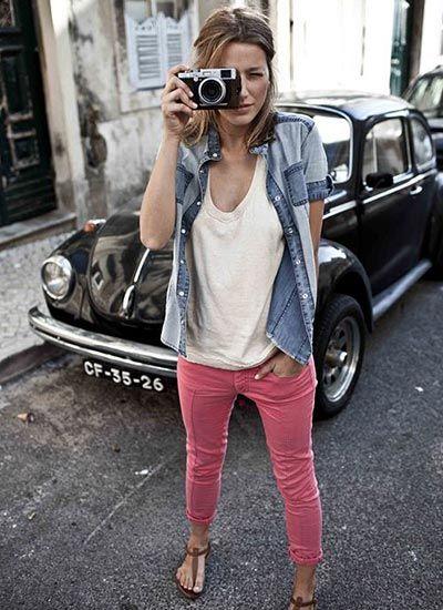 シャンブレーシャツ×ピンクパンツのコーデ【夏】(レディース)海外スナップ | MILANDA