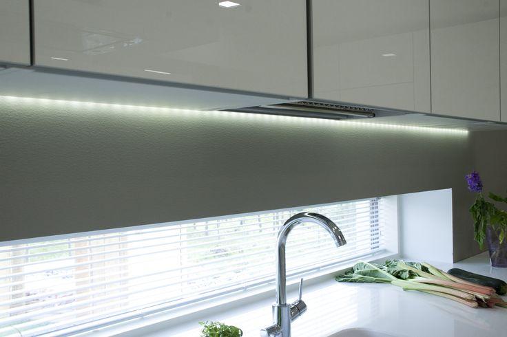 LED-nauha yhdistettynä korkeakiiltoisiin keittiökaapistoihin luovat laadukkaan sekä inspiroivan ympäristön koko perheen kokkailuille. LED-string together with the high gloss kitchen cabinets create inspirational and high quality surroundings for everyday cooking.