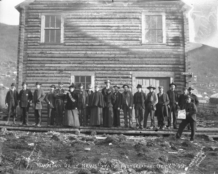 Photo du personnel du Dawson Daily News à Dawson (Yukon), 1899  http://collectionscanada.gc.ca/pam_archives/index.php?fuseaction=genitem.displayItem&lang=fre&rec_nbr=3265291