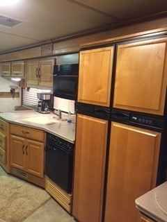 2005 Used Fleetwood Discovery 39L Class A in Texas TX.Recreational Vehicle, rv, 2005 Fleetwood Discovery 39L, 2005 Discovery 39L. Diesel Pusher with a Cat C-7 330 HP with exhaust brake, Allison 6 speed auto on a Frieghtliner Chassis with Air Assisted Suspension and steering stabilizer, aluminum wheels all the way around, 75% tread on tires, Man/date on tires is 2009, power step back up camera, Onan diesel gen set plus 2000 watt inverter, solar battery charger, 10000# trailer hitch on rear…