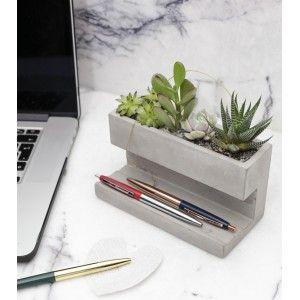 Ayez la main verte même au bureau. Ce rangement en béton est doté d'un emplacement pour des plantes grasses et/ou des cactus en plus d'une place pour vos bricoles de bureau (stylos, stickers...). Et le tout, à portée de main.
