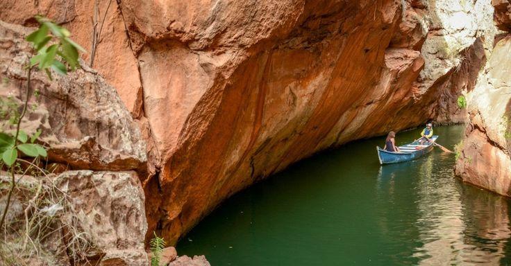 Passeio de canoa na Gruta do Talhado percorre os cânions do Xingó