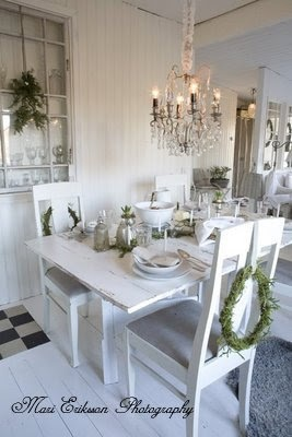 37. Cool things down and create a layout that uses layers of white and black with just a pop of one other color.  - 1pt: Christmas Dinners, Christmas Wreaths, Shabby Chic Christmas, Bedrooms Design, Christmas Tables, White Christmas, Dinners Tables, Old Window, Bedrooms Decor